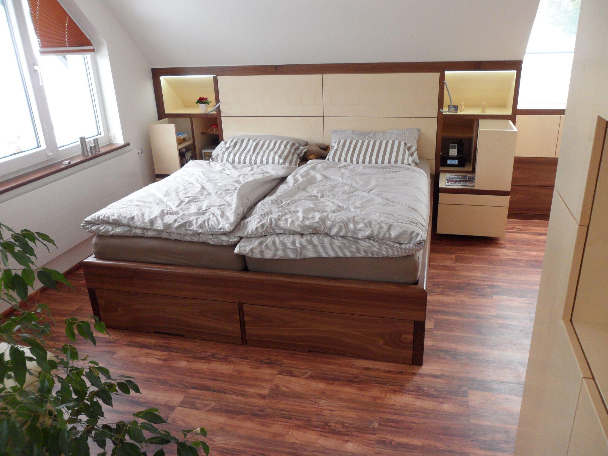 Schlafzimmer in Nußbaum/Ahorn - Tischlerei Mock